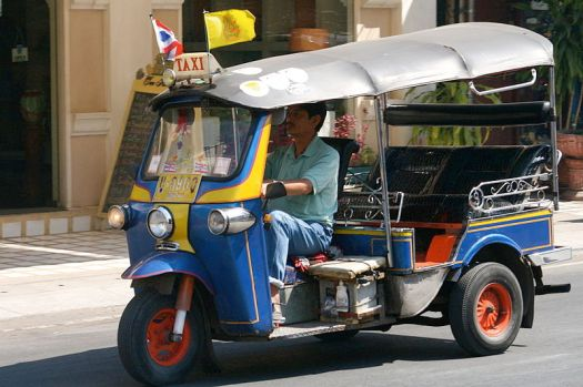 800px-tuktuk_at_tha_phae_road